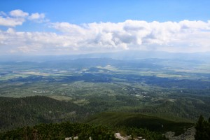 widok na piękną słowacka równicę, rozciągającą sie miedzy ko9lejnymi pasmami gór