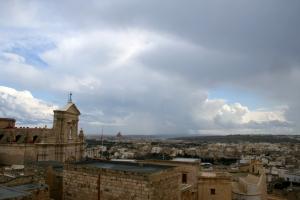 widok na Rabat z cytadeli - nie za piękne dachy, ale po lewej cieszy oko katedra